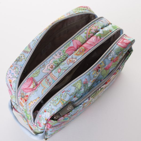beauty case inside two pockets